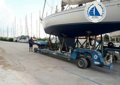 movimentazione barche  presso il cantiere navale iniziative nautiche a ostia